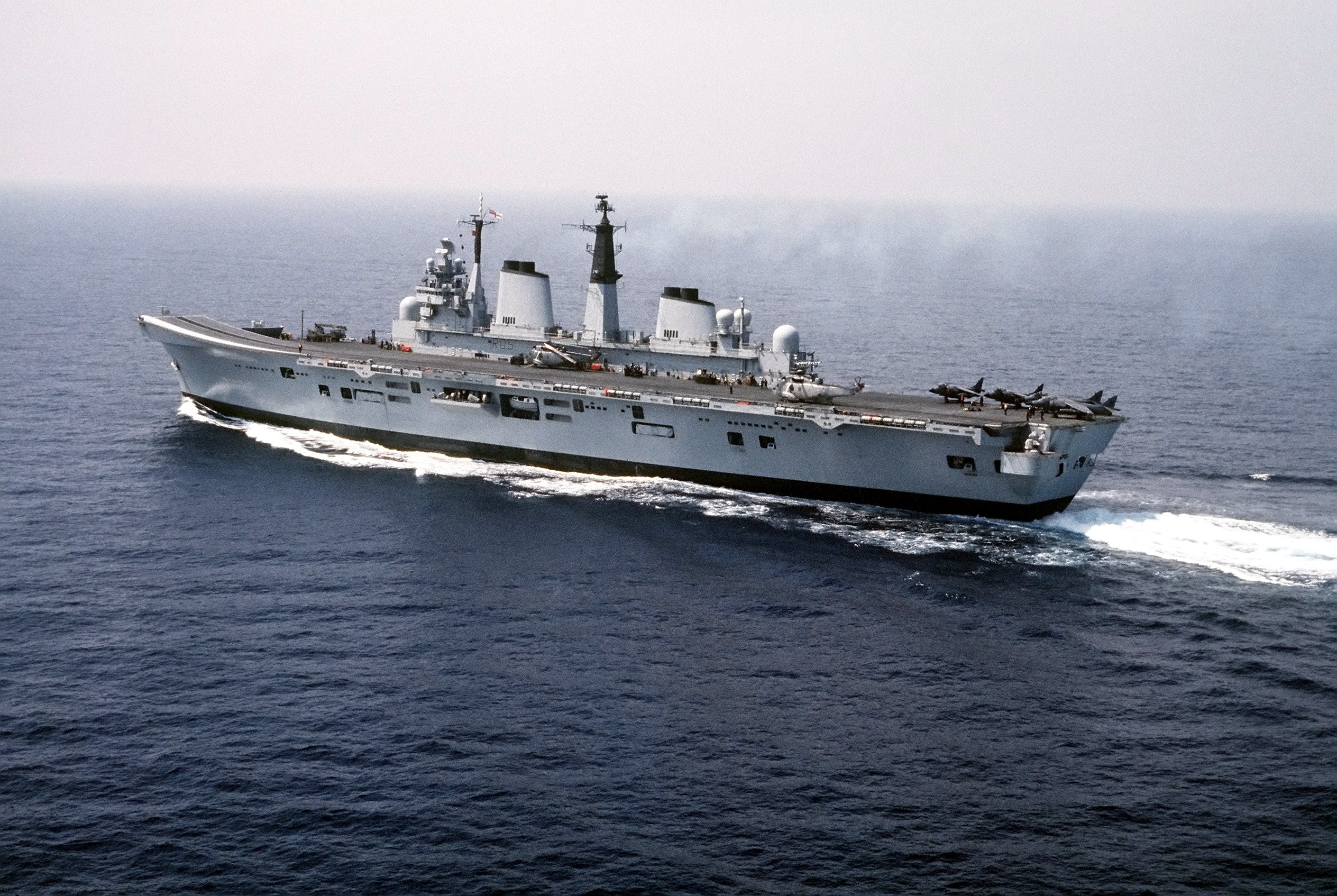 HMS_Invincible_(R05)_Dragon_Hammer_90
