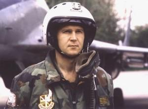 major-zoran-radosavljevic-ispred-aviona-1997
