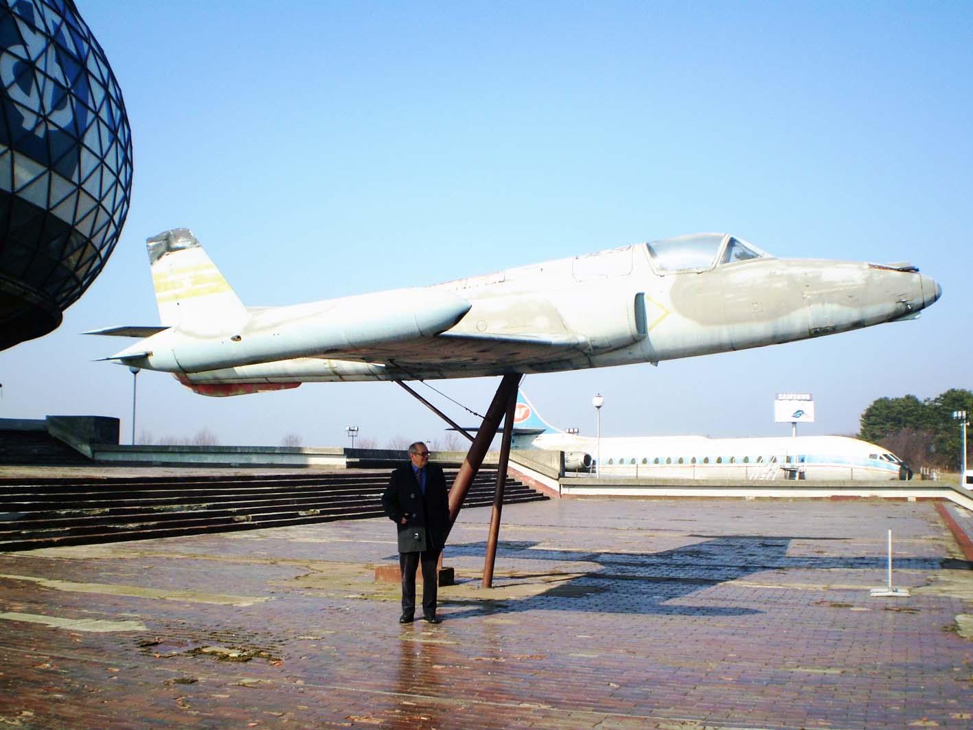 ) Војислав Стојановић испред музеја и авиона Јастреб на којем је летео