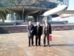Војислав Стојановић, Златомир Грујић и Зоран Милићевић испред музеја.